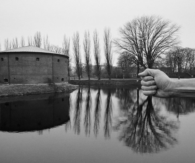 self-portrait-photography-landscape-surreal-arno-rafael-minkkinen-30